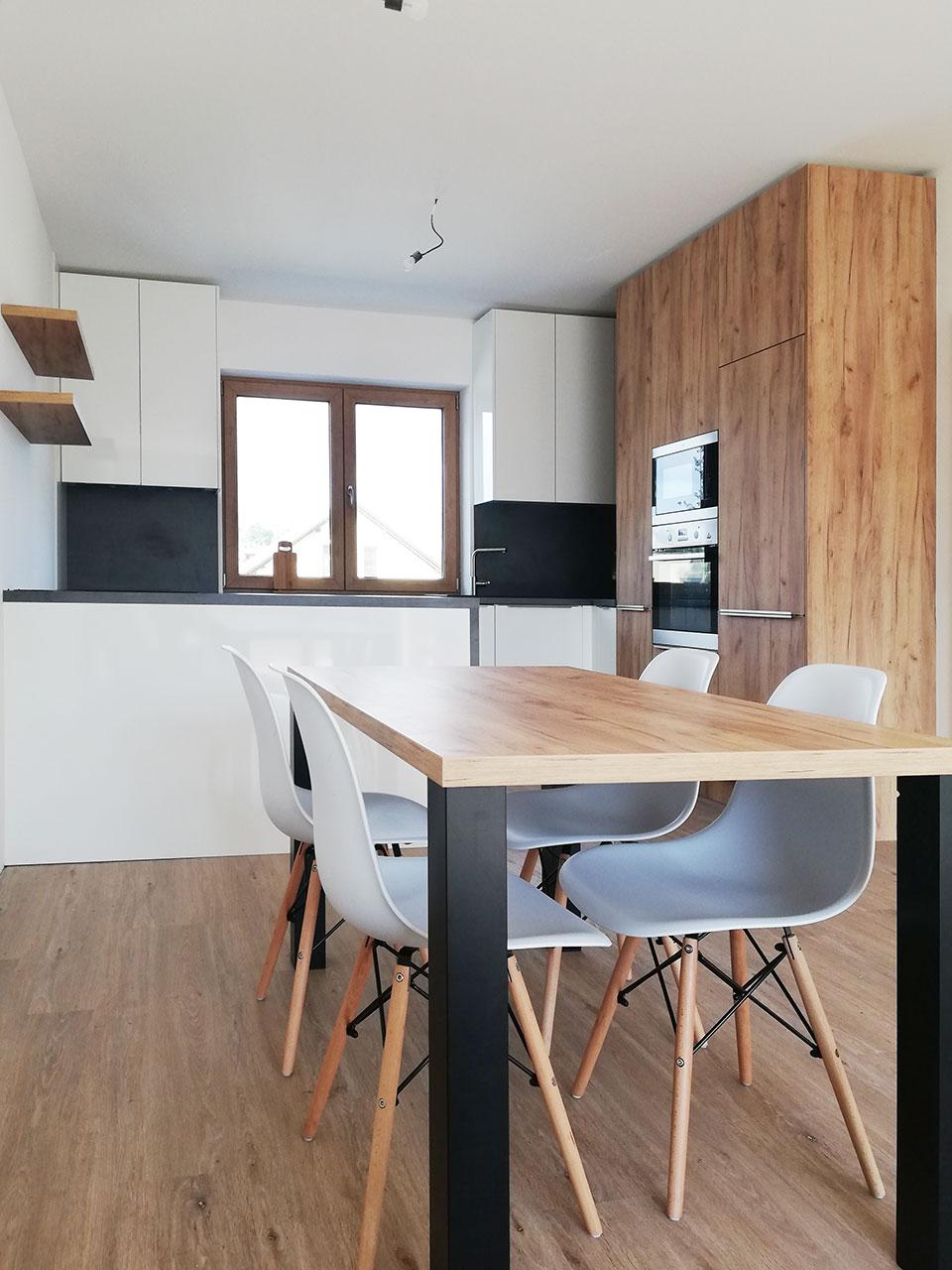 Realizace rohové kuchyně s ostrůvkem do rodinného domu Praha 3