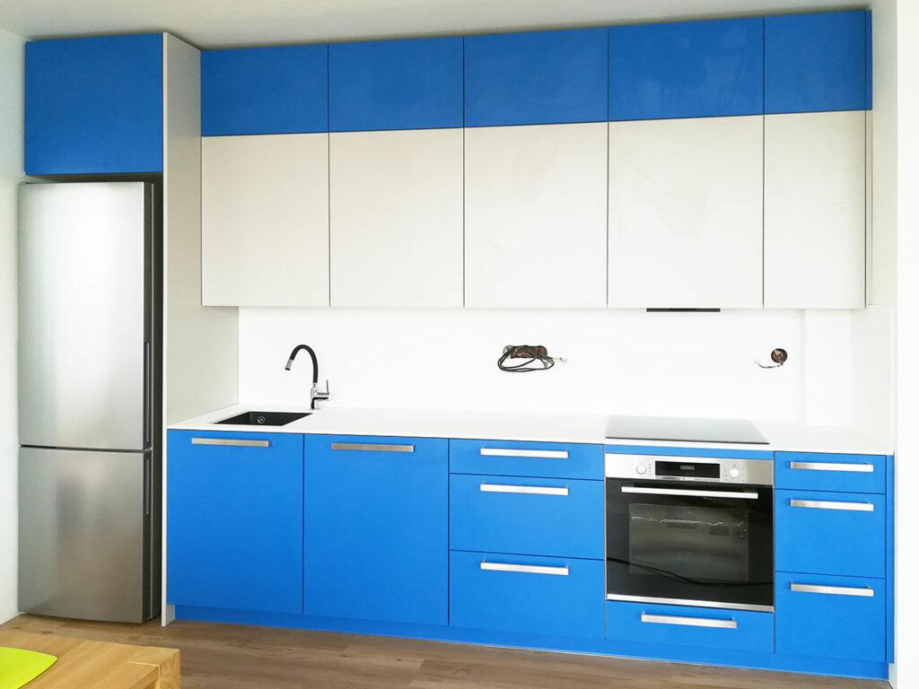 Rovná kuchyň v kombinaci modré a bílé.