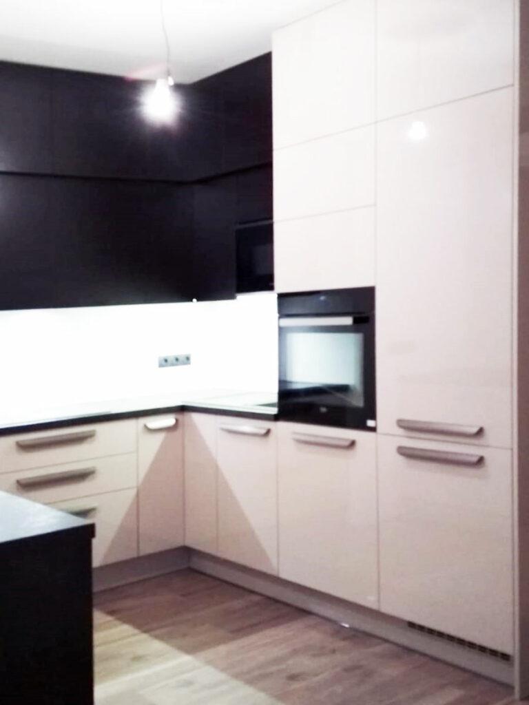 Bílá kuchyň do U s tmavou pracovní deskou