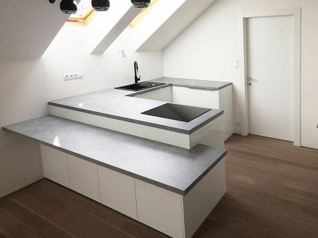 Jednoduchá kuchyň do U v podkrovním bytě.